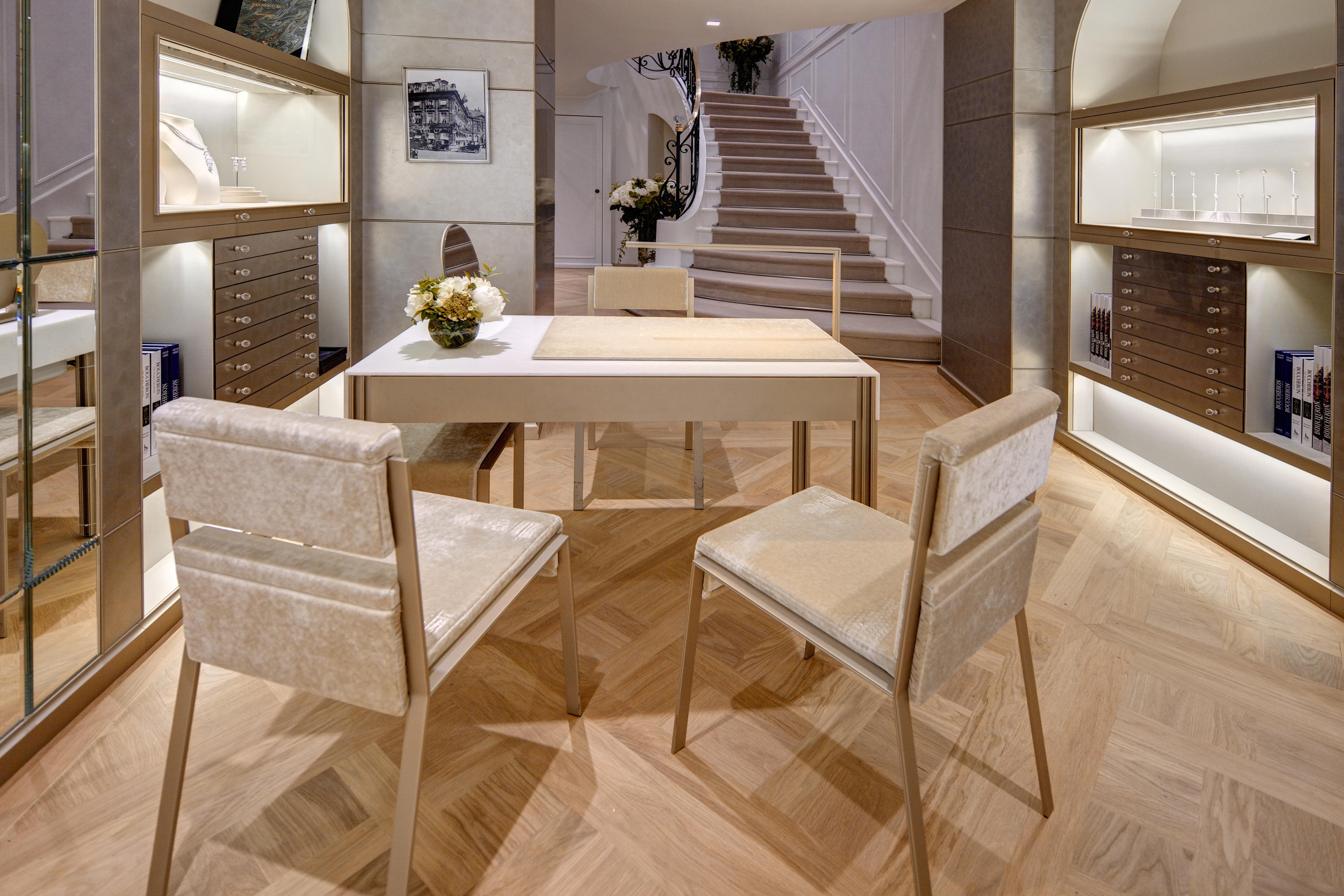 ameliemorinbernat.com retail bijouterie table présentation chaise velours