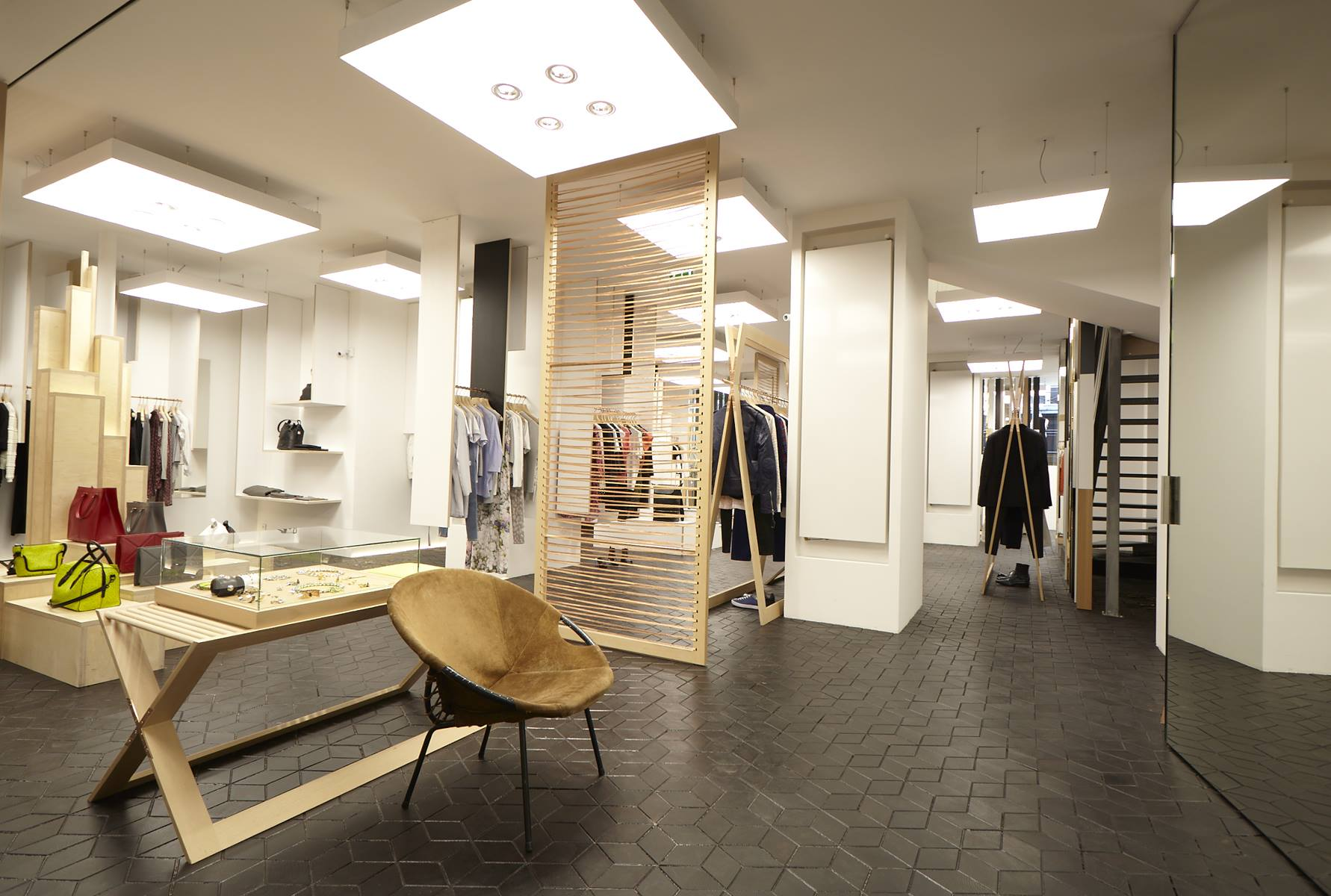 ameliemorinbernat.com retail conceptsore mobilier tripli cuivre bois debout carré LED