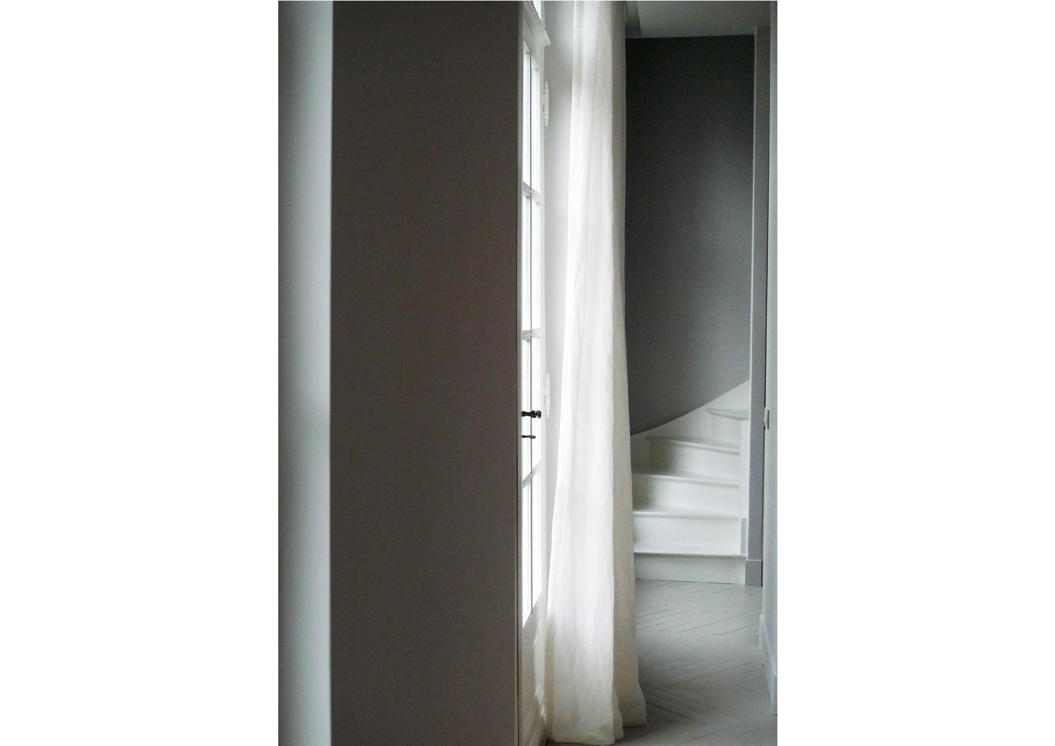 ameliemorinbernat.com entrée escalier peint voilage